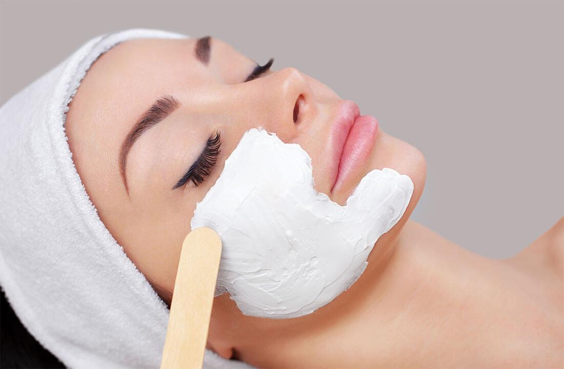 Frau bekommt Enzympeeling ins Gesicht
