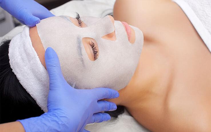 Frau bekommt Enzympeeling Maske