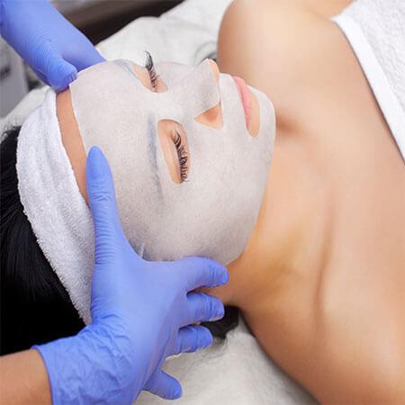 Gesichtsmaske während Microneedling Behandlung