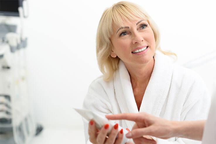 Frau bekommt nach Gesichtsbehandlung Beratung